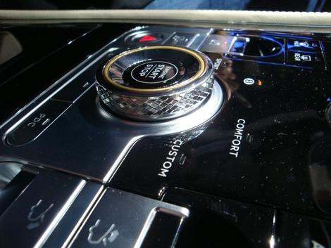 A bord d'une Bentley, on attend un soin tout particulier porté aux détails. La marque ne nous déçoit pas avec sa nouvelle Continental GT, comme le prouve l'aspect guilloché du bouton de démarrage.