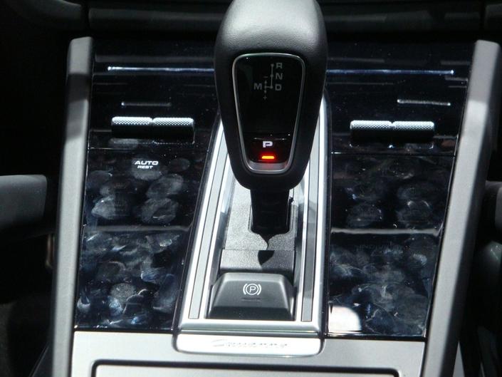 Avec l'adoption d'un écran tactile, Porsche a réduit le nombre de boutons présents sur la console centrale du Cayenne. Ceux qui subsistent sont noyés dans une surface qui prend l'aspect d'un verre. Joli au départ, mais comme on le voit, c'est assez vite recouvert de traces de doigts...