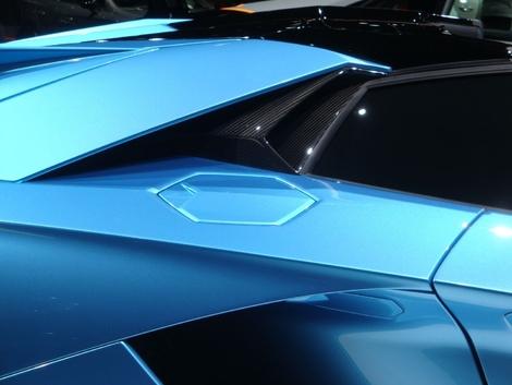 Les designers Lamborghini aiment la forme hexagonale. Et on la retrouve même au niveau de la trappe à carburant sur l'Aventador.