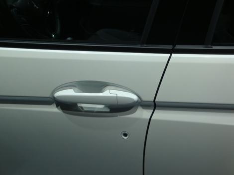 Même sur une voiture moderne, une serrure est bien utile en cas de panne de la clé. Elle est la plupart du temps bien cachée au niveau de la poignée du conducteur. Mais sur la Jazz, elle est au milieu de la porte. Une belle verrue.