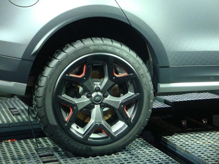 Les marques aiment mettre des noms ou logos un peu partout sur leurs voitures. Par exemple, chez Dacia, Duster est écrit sur les barres de toit, la planche de bord et les sièges. Mais du côté de Land Rover, on retrouve carrément l'inscription Discovery sur les pneus de cette nouvelle version SVX.