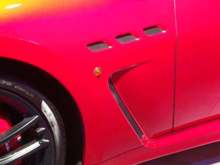 Chez Maserati, le répétiteur de clignotant orange sur les flancs, c'est assez moyen.