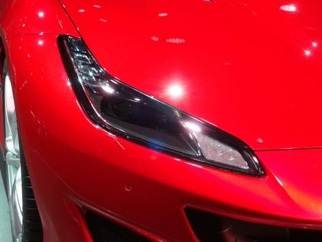 Sur les voitures sportives, la fonction prime souvent sur la forme, notamment en matière d'aérodynamique. Mais la fonction peut aussi se faire très discrète. Exemple avec les optiques de la Ferrari Portofino, qui cachent sur leur côté extérieur une fente pour faire entrer de l'air.