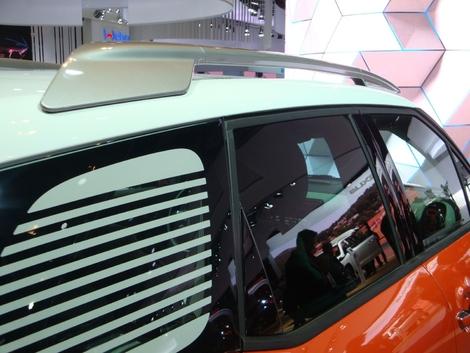 On avait aimé le détail sur le concept présenté à Genève, on est donc content de le retrouver sur le modèle de série. Le C3 Aircross reçoit d'originales barres de toit, qui sur leur partie arrière plongent dans la carrosserie. On aime aussi les persiennes, même si elles gênent la rétrovision.