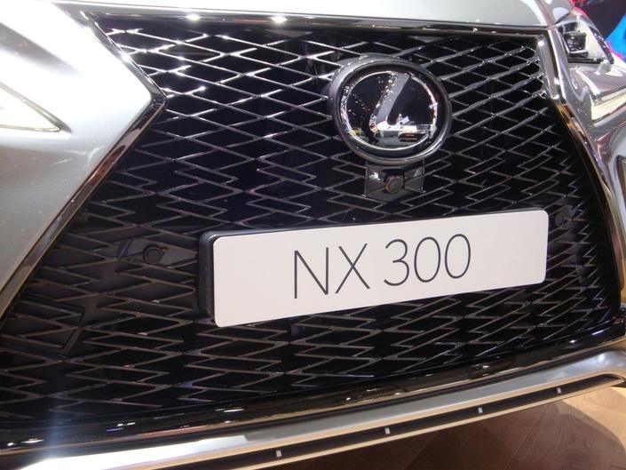 Au premier coup d'œil, on n'y fait pas attention, mais si on se concentre, on voit que le maillage de la grille de calandre de la Lexus NX restylée est d'une sacrée complexité!