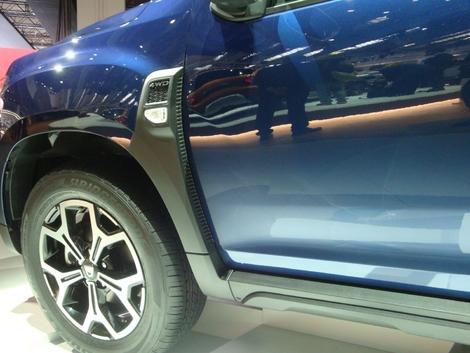 Idée astucieuse chez Dacia pour faire la jonction entre une aile surgonflée, typique du Duster, et une portière reprise à la Sandero: cet enjoliveur volontairement épais, qui apporte une touche de solidité. En regardant par l'arrière, on a l'impression d'avoir une sortie d'air latérale comme sur une sportive.