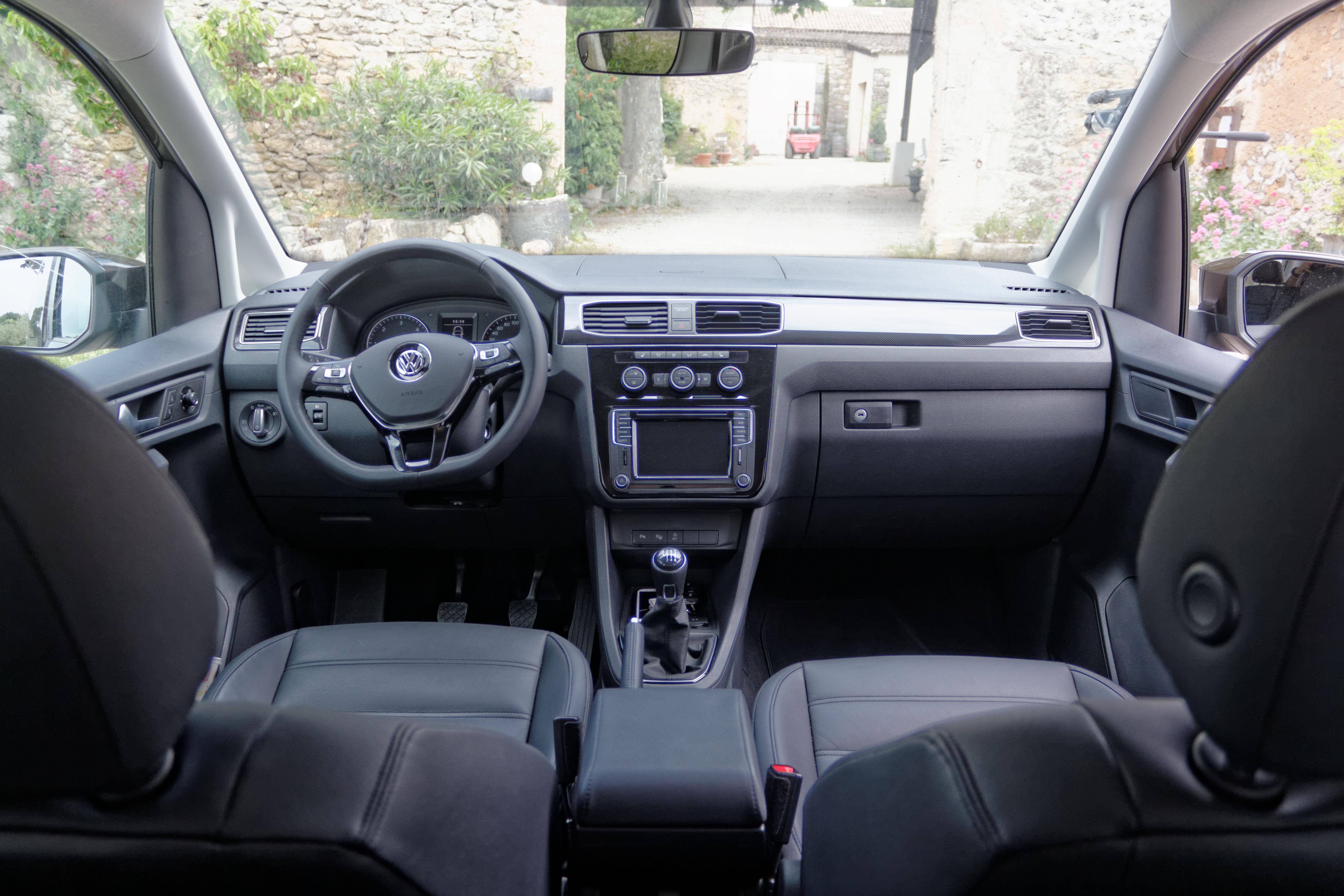 Essai vid o volkswagen caddy ludospace high tech for Interieur francais
