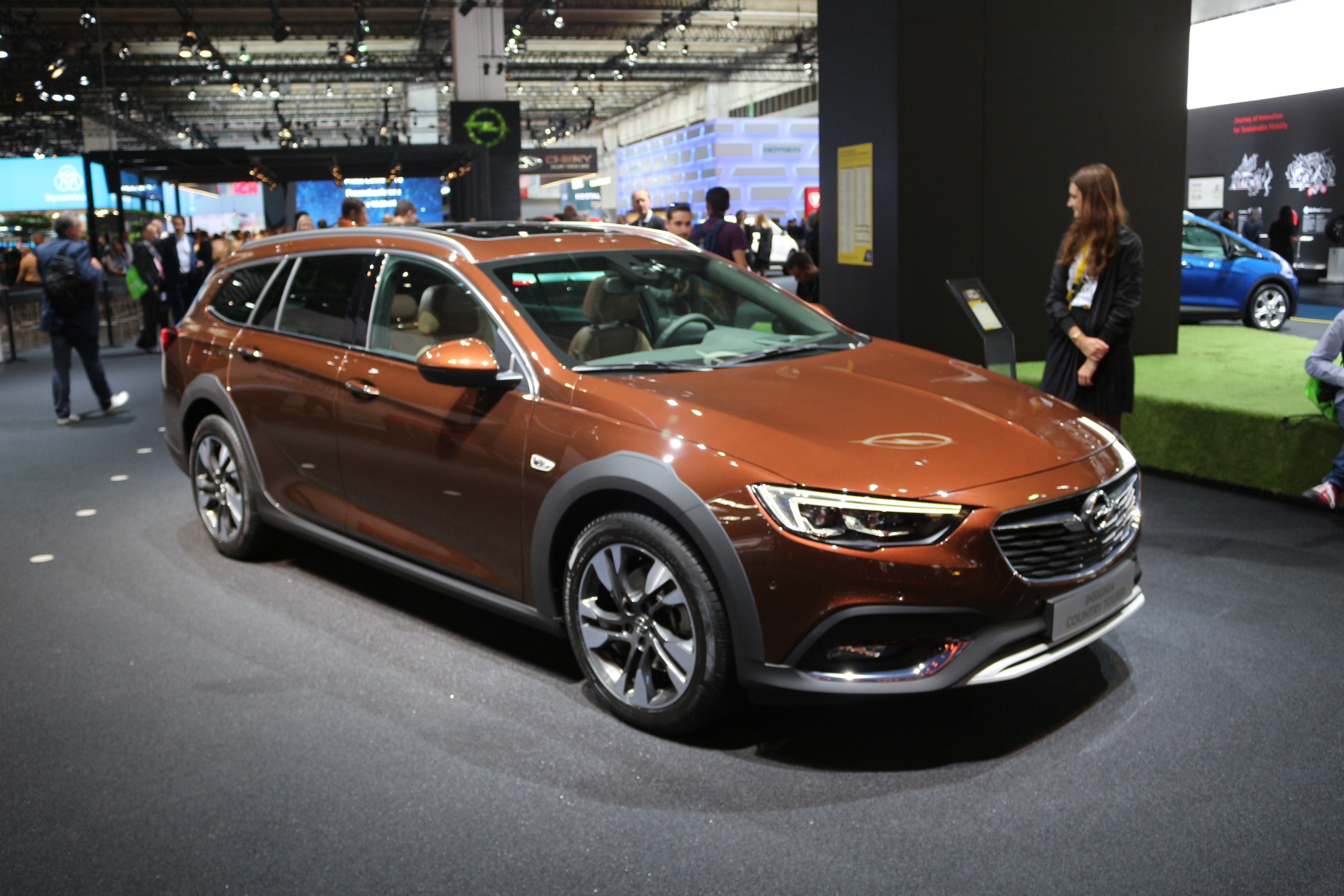 opel insignia country tourer l 39 allroad d 39 opel vid o en direct du salon de francfort. Black Bedroom Furniture Sets. Home Design Ideas