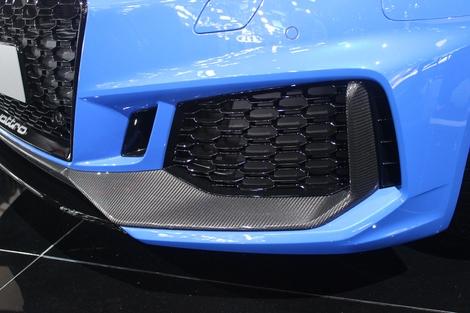 J'aime les inserts de carrosserie en carbone. Cela donne un côté très sport et haut de gamme. Et le carbone se marie bien avec la couleur bleue Nogaro.