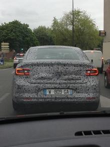 Surprise par un lecteur : la future berline Renault (nouvelles photos)