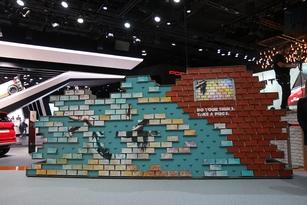 Le mur de graffitis chez Seat est composé de briques en bois qu'on peut emporter comme souvenir…