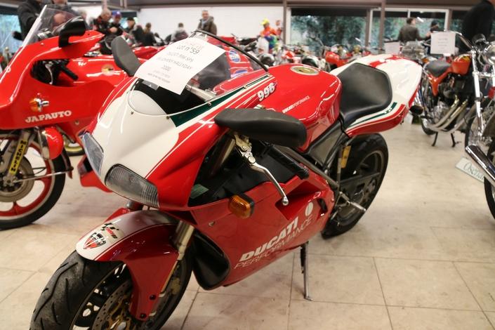 28 800 € pour la Ducat' 996 de Johnny au Salon Moto Légende.
