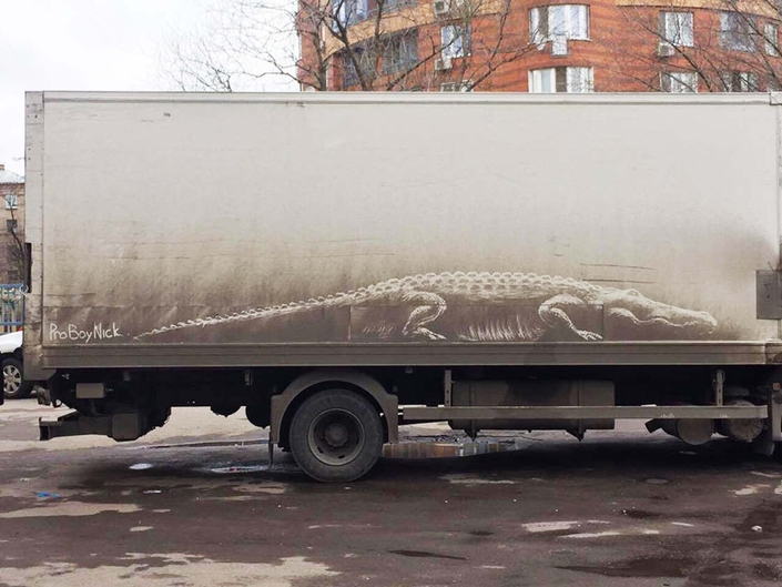 Il réalise des œuvres d'art sur les voitures sales