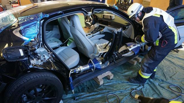En Allemagne, les pompiers s'entraînent sur une Porsche Panamera neuve