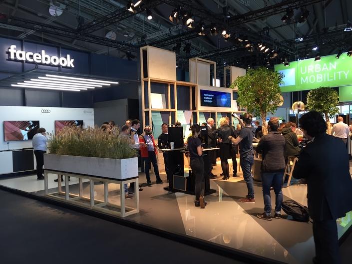 Le stand Facebook au salon de Francfort reste discret. Pour le grand public, il permet surtout de tester des casques de réalité virtuelle.