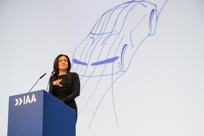 """Sheryl Sandberg, numéro 2 de Facebook, à Francfort: """"Nous sommes la seule société de la Silicon Valley à ne pas développer de voiture!"""""""