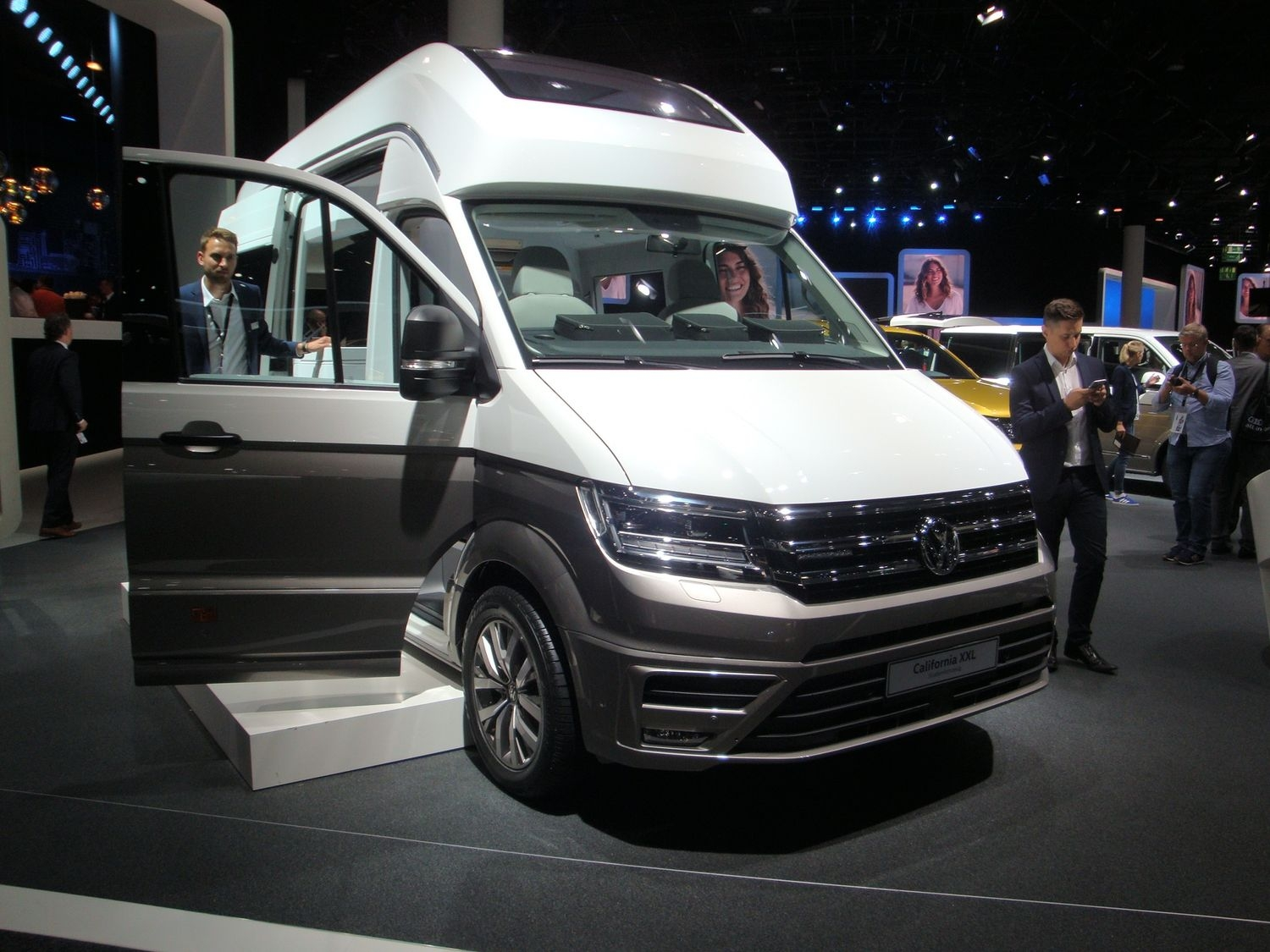 volkswagen california xxl comme son nom l 39 indique en direct du salon de francfort 2017. Black Bedroom Furniture Sets. Home Design Ideas