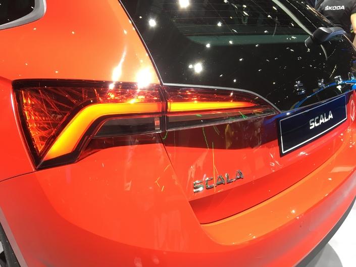 La Scala reçoit le nouveau lettrage Skoda en lettres majuscules courant le long du hayon. Un gimmick emprunté à Porsche ou Volvo, notamment. Le volume de coffre s'établit à 467 litres, valeur record pour la catégorie des compactes.