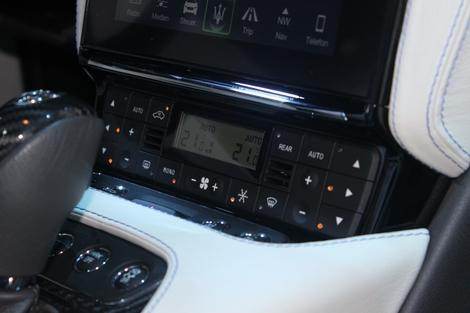 Je n'aime pas l'écran à 2 balles de la climatisation, comme sur le coupé. C'est franchement indigne. On dirait celui d'une vieille japonaise !