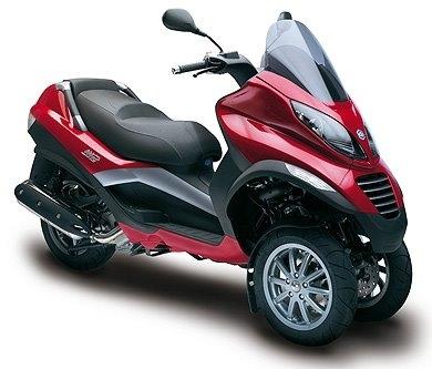 Le Piaggio MP3 ne fait pas qu'évoluer la moto