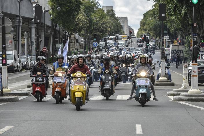 Reportage vidéo - Vespa Parade 2017 : défilé remarqué dans les rues de Paris