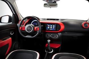 La présentation de la Twingo est plus originale. La Renault multiplie les petits rangements.