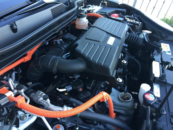 Le moteur thermique sert principalement de générateur pour recharger une batterie qui alimente des moteurs électriques.