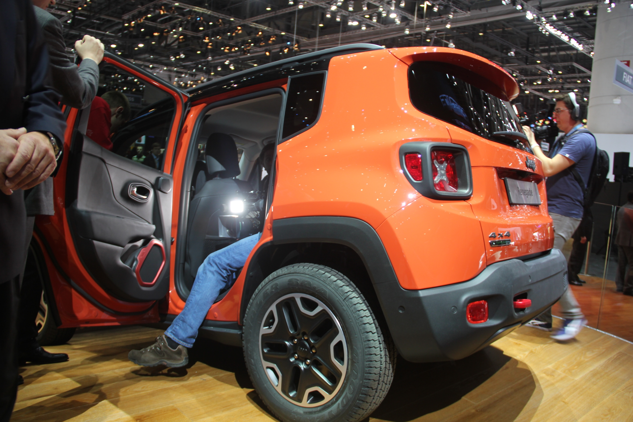 vid o en direct de gen ve 2014 jeep renegade brute de. Black Bedroom Furniture Sets. Home Design Ideas