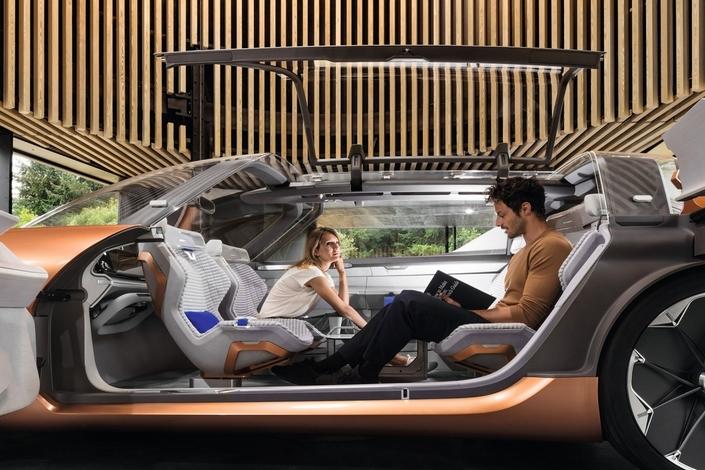 Connectée et autonome, la voiture de demain - ici le concept-car Renault Symbioz - sera conçue comme un prolongement du domicile.