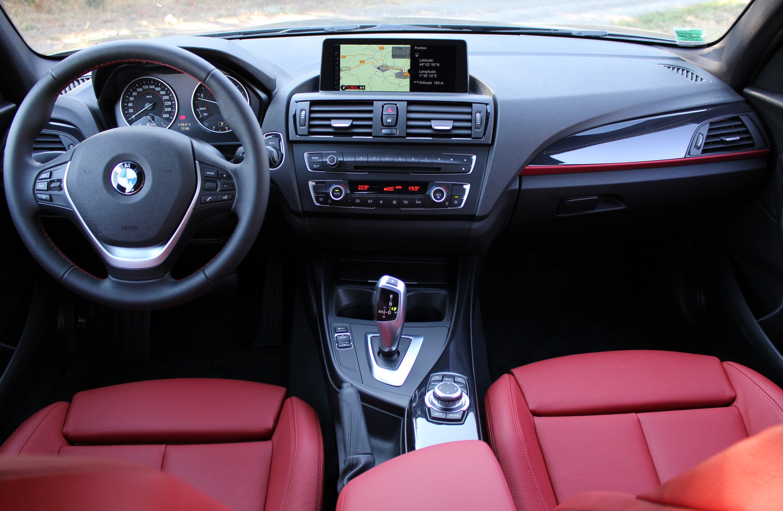 Essai vid o bmw s rie 1 leadership en vue for Interieur sport