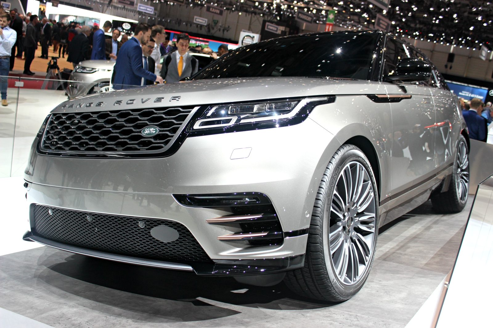 range rover velar et la mani re vid o en direct du salon de gen ve 2017. Black Bedroom Furniture Sets. Home Design Ideas