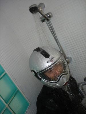 Le test de la douche révèle une étanchéité moyenne du joint d'écran supérieur: sous une forte pluie, attendez-vous à une légère infiltration d'eau...