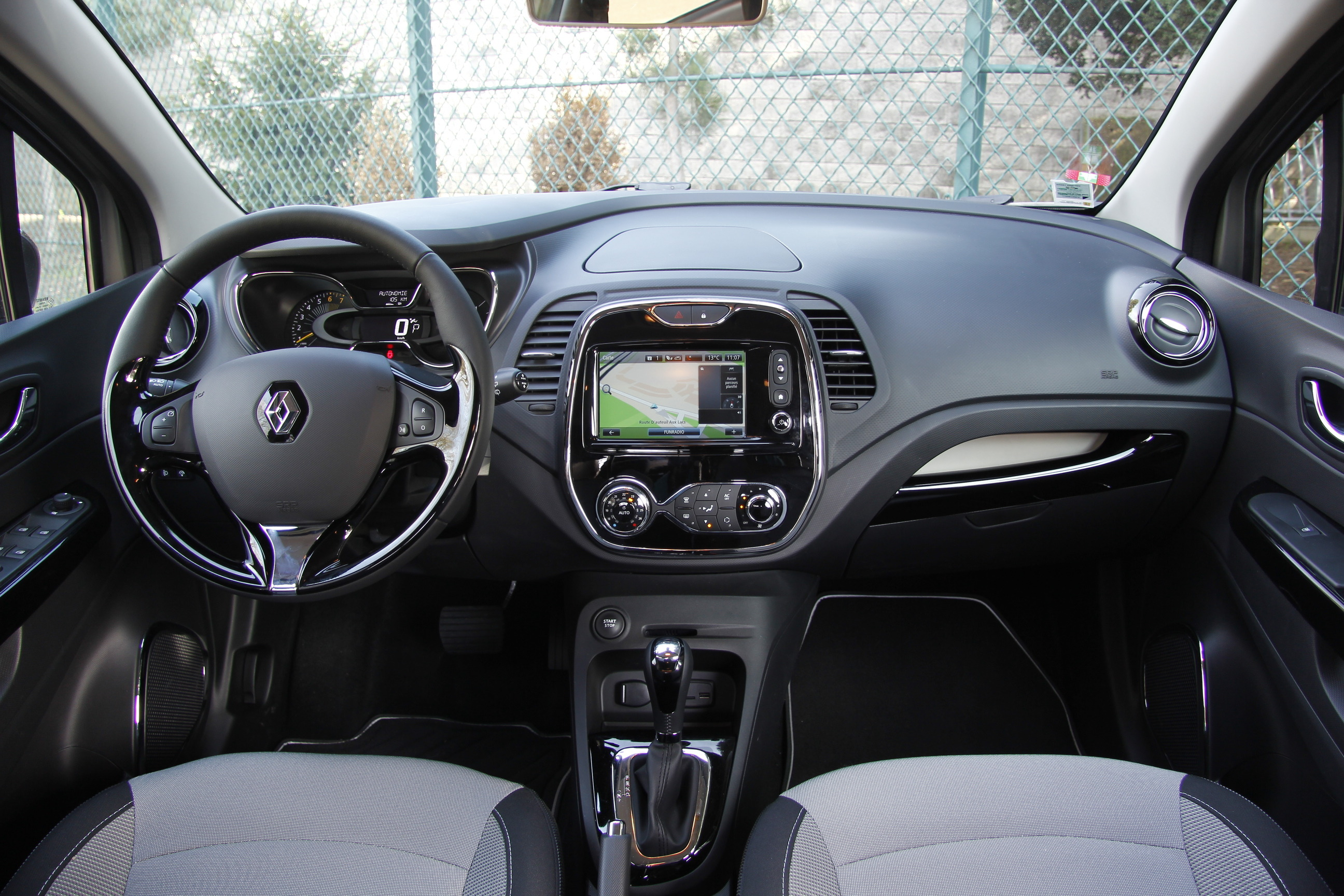 Essai renault captur 1 2 tce 120 intens edc on reuses for Photo interieur