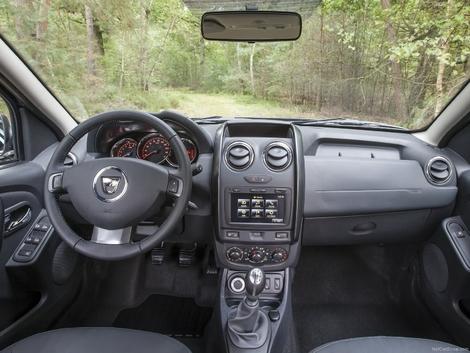 Après restylage, l'intérieur devient spécifique au Duster. Le dessin est modernisé, les commandes de vitre migrent sur les portes. Le MediaNav (écran GPS et multimédia) fait son apparition.