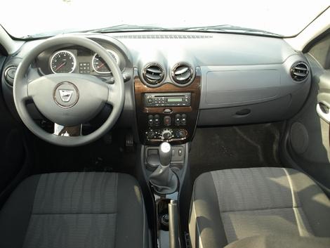 La planche de bord avant restylage. Les matériaux sont basiques, le dessin aussi. Elle est en fait reprise de la Dacia Sandero. Les commandes de vitres sont sur la console centrale.