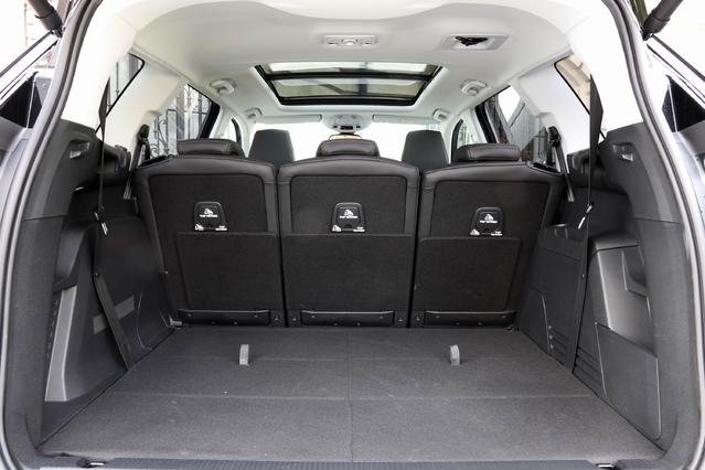 En configuration 5 places, le 5008 présente un coffre géant. Quand ils ne servent pas, les deux sièges du fond sont parfaitement escamotés.