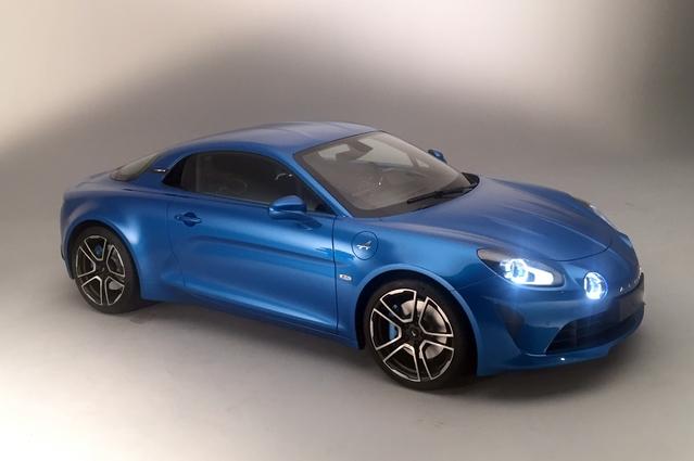 L'héritage stylistique de l'a110 originelle est parfaitement préservé. 33 cm de long séparent pourtant les deux voitures.