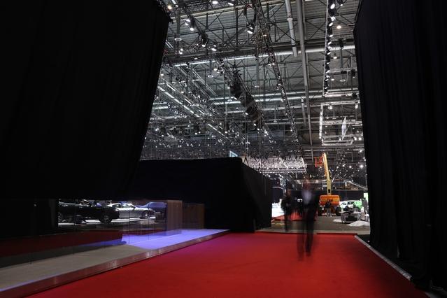 Les immenses rideaux sont de retour, notamment pour cacher les stands qui préparent de grosses nouveautés. Ceux de chez Renault étaient interminables !