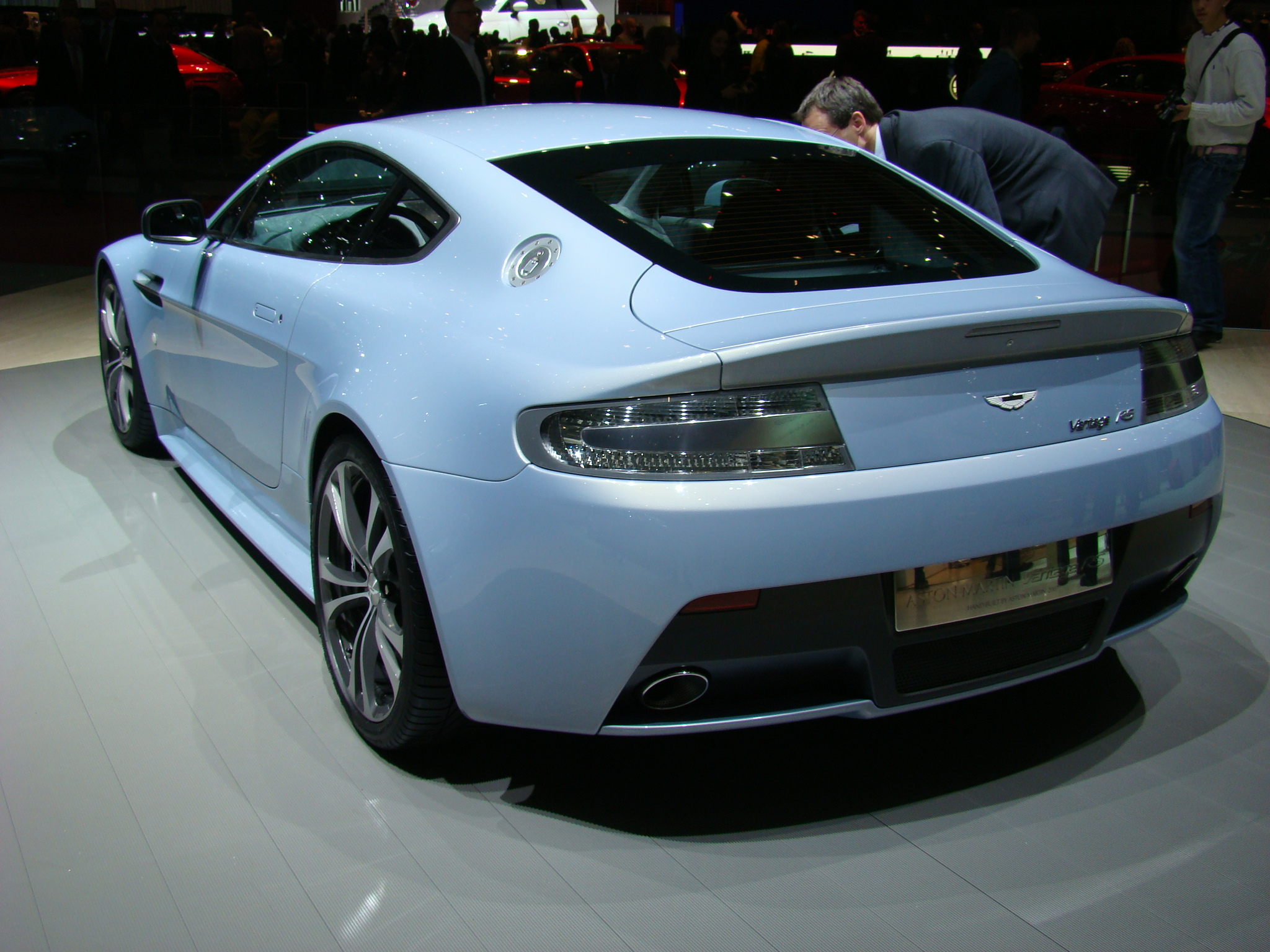 http://images.caradisiac.com/images/3/0/6/8/23068/S0-Salon-de-Geneve-Aston-Martin-V12-Vantage-RS-en-direct-petite-merveille-98394.jpg