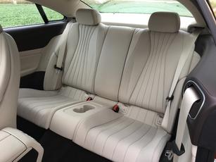 Les places arrière sont très spacieuses, et confortables. Deux adultes voyageront dans de bonnes conditions.