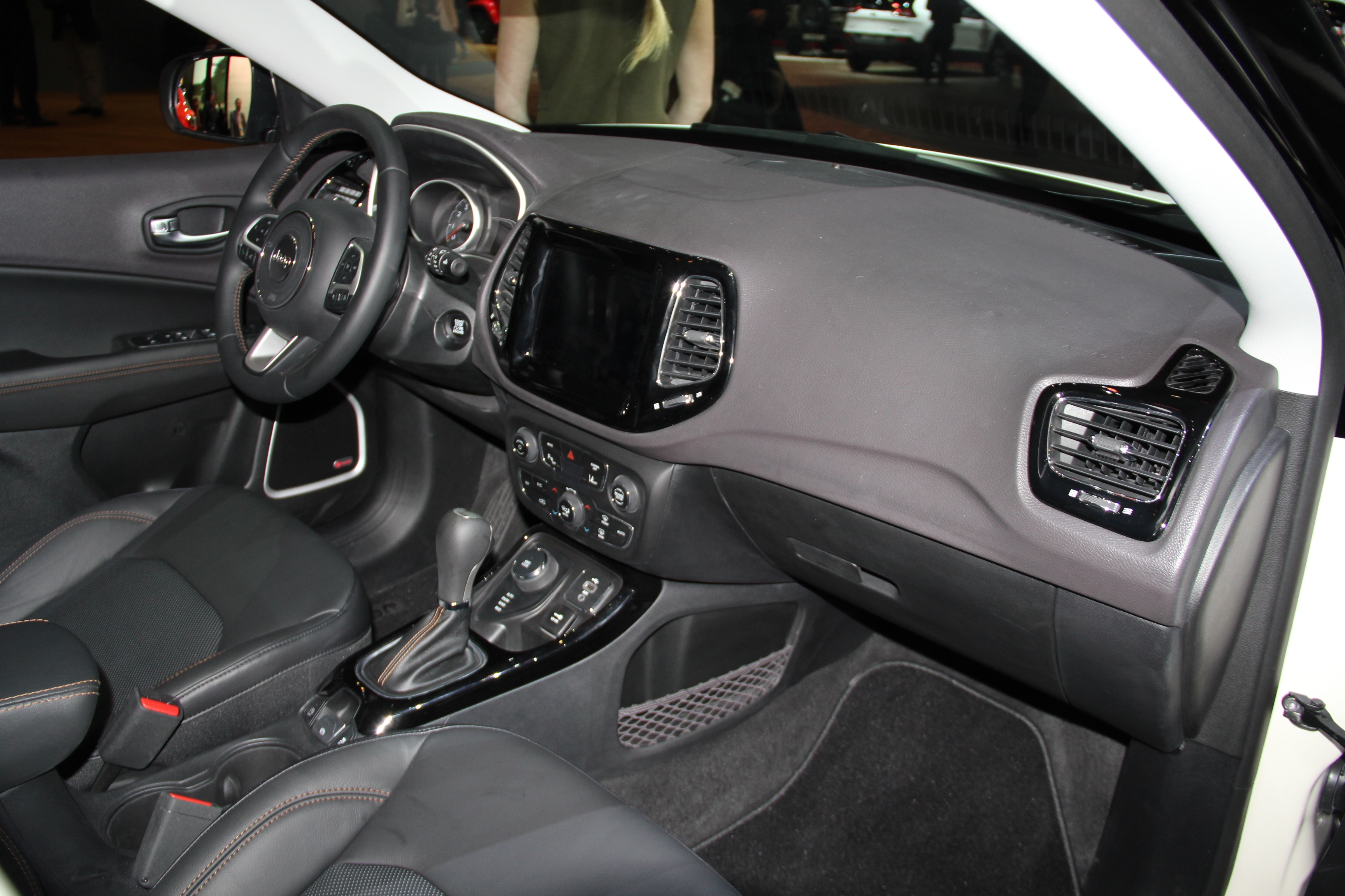 Jeep compass baby grand cherokee vid o en direct du for Interieur jeep compass
