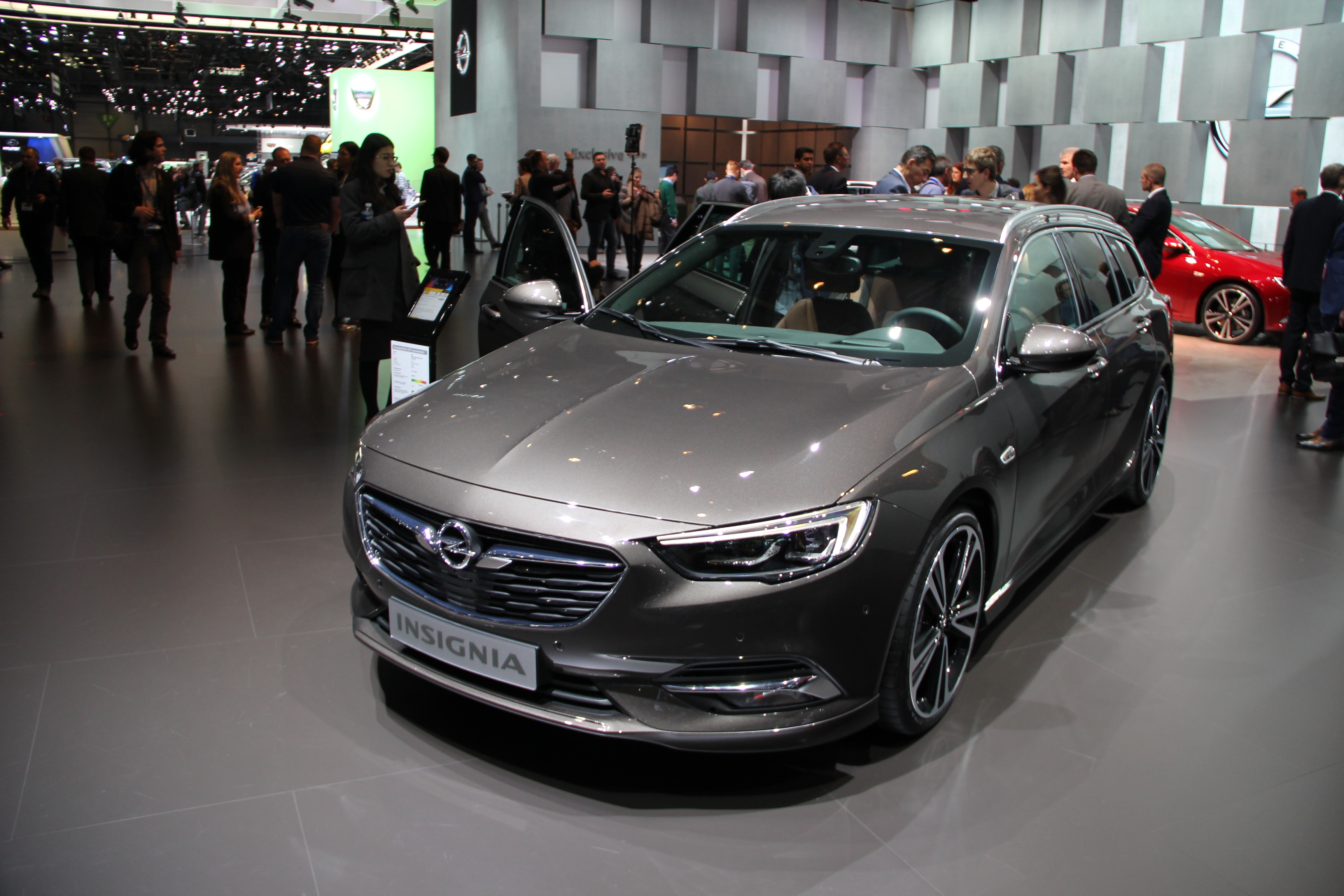 opel insignia sports tourer gigantesque vid o en direct du salon de gen ve 2017. Black Bedroom Furniture Sets. Home Design Ideas