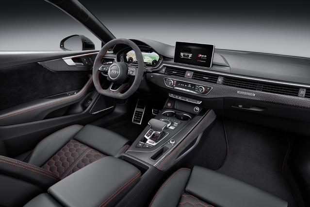 La RS5 dispose bien sûr du Virtual cockpit et fait le plein d'équipements de confort, d'agrément et de sécurité. Une boîte tiptronic à 8 rapports orchestre les envolées d'une mécanique qu'Audi nous promet joliment sonore.