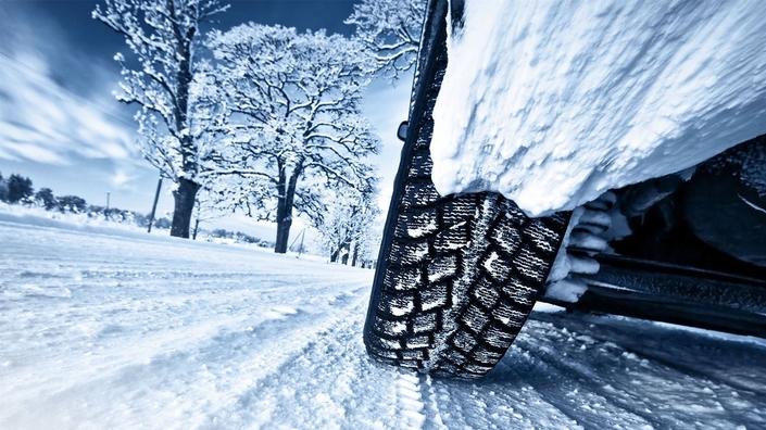Les pneus neiges et toutes saisons : vraiment efficaces ? Une démonstration compliquée...