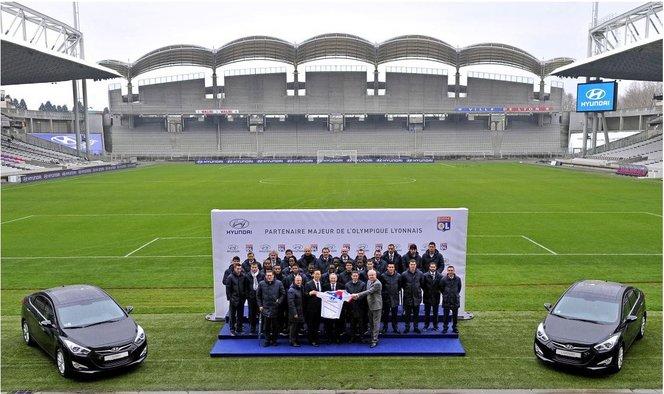 Hyundai offre des i30, i40 et Santa Fe à l'Olympique Lyonnais. Gomis est content