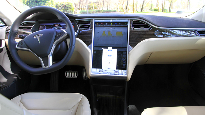 essai vid o tesla model s l 39 lectrique qui pique. Black Bedroom Furniture Sets. Home Design Ideas