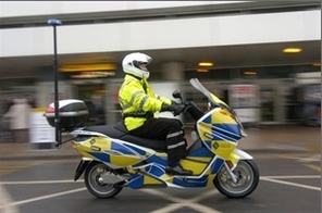 Aéroport de Glasgow/Royaume-Uni : des policiers patrouillent sur des Vectrix maxi-scooter électriques !