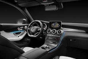 Le Mercedes donne une impression plus sportive dans son habitacle. Mais des ambiances bourgeoises avec du bois sont au programme.
