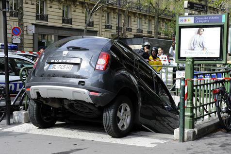 Une Giulietta s'engouffre dans une bouche de métro à Paris