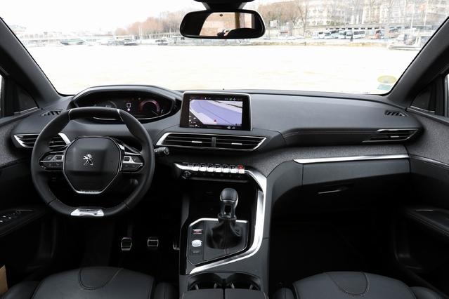 """La planche de bord est moderne, bien finie, séduisante. L'instrumentation 100 % numérique et le petit volant forment le """"i-cockpit"""". La console centrale est tournée légèrement vers le conducteur."""